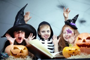 kids-reading-halloween-book_puvlzd